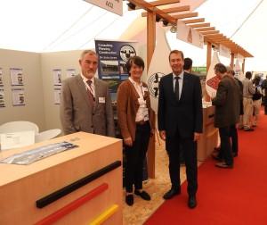 2 BU Der deutsche Botschafter in Lusaka Bernd Finke besucht den Stand des InnovationsTeams Christiane Brandes