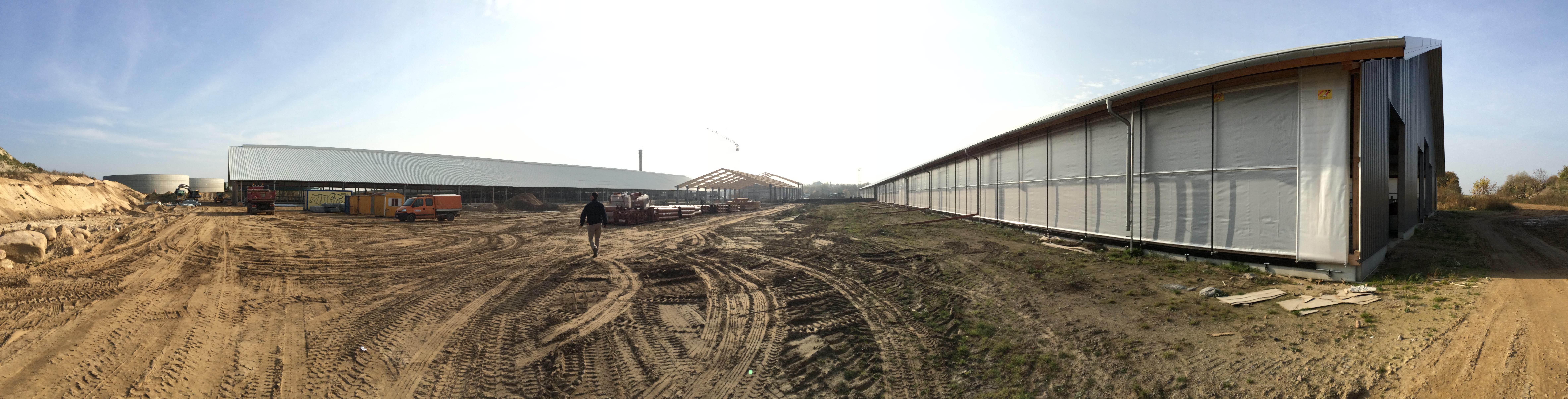 4 Zwischen den Ställen wird fleißig am neuen Melkhaus gebaut