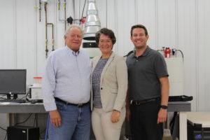 V.l.n.r.: Don Meyer, Firmengründer von Rock River Laboratory in Wisconsin, Christiane Brandes als Geschäftsführerin der deutschen Vertretung und Zachery Meyer, Betriebsleiter von Rock River Laboratory in USA